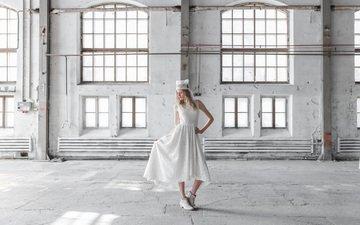 девушка, модель, помещение, белое платье, ботинки, eco fashion