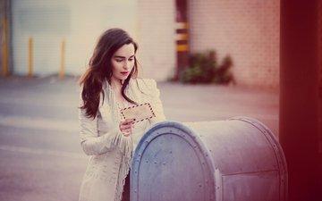платье, брюнетка, улица, фотограф, актриса, письмо, в белом, ящик, боке, vs, эмилия кларк, почтовый, guy aroch