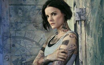 поза, взгляд, татуировки, стены, тату, рисунки, макияж, прическа, сериал, майка, кадр, детектив, боди-арт, джейми александр, телесериал, джейми александер, blindspot, слепая зона