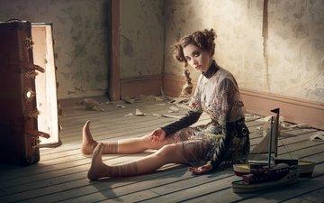 свет, платье, поза, модель, кукла, сидит, образ, актриса, прическа, чемодан, фотосессия, кораблики, на полу, элисон бри, robert ascroft, vvv