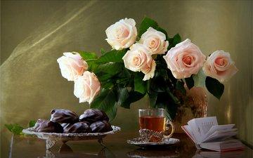 розы, букет, чай, шоколад, книга, зефир, натюрморт