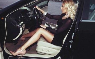украшения, платье, блондинка, авто, сидит, ножки, кресло, макияж, прическа, фигура, туфли, салон, сексуальная, за рулем