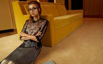 желтый, девушка, очки, юбка, комната, сидит, актриса, макияж, прическа, диван, блузка, фотосессия, шатенка, на полу, софи куксон, nicole nodland, wylde
