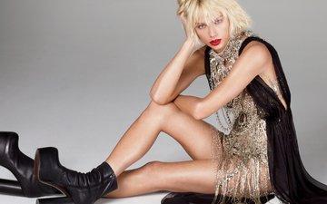 фон, поза, блондинка, сидит, фотограф, актриса, певица, наряд, макияж, прическа, фигура, секси, сапожки, тейлор свифт, на полу, mert alas, marcus piggott, откровенный, vogu