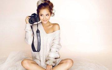 девушка, улыбка, фотоаппарат, сидит, лицо, кофта, азиатка