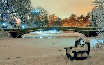 ночь, деревья, огни, снег, зима, парк, мост, дома, сша, нью-йорк, скамейка, пруд