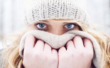 зима, девушка, блондинка, взгляд, холод, кольцо, шапка, руки, голубые глаза, шарф