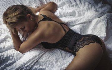 девушка, кровать, позирует, белье, попка