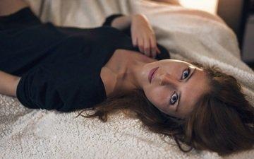 девушка, платье, взгляд, лицо, кровать, черное