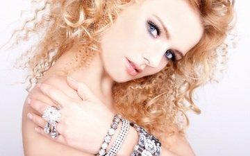 девушка, фон, взгляд, кольцо, волосы, лицо, руки, макияж, браслеты, кудряшки, макияж. руки
