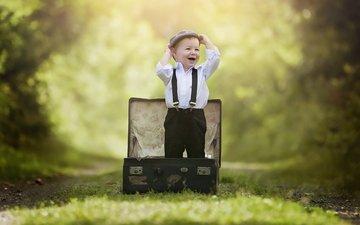 лес, парк, дети, радость, ребенок, мальчик, малыш, детство, эмоции, чемодан