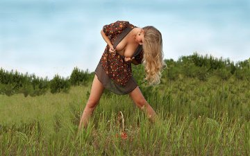mädchen, pose, blonde, beine, brust, haare, titten, bäuerin, beeren