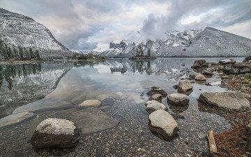 деревья, озеро, горы, камни, канада, альберта, провинция альберта, национальный парк банф, lake minnewanka