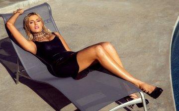 украшения, платье, поза, блондинка, взгляд, лежит, модель, бассейн, ножки, прическа, фигура, туфли, шезлонг, в чёрном, сексуальная, на солнце, monica sims
