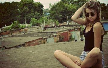 девушка, фон, поза, очки, модель, грудь, ножки, волосы, майка