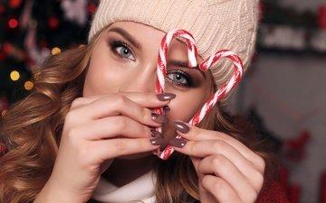 новый год, девушка, сердечко, блики, лицо, шапка, руки, пальцы, макияж, прическа, красотка, леденцы, конфета, шатенка, боке, крупным планом