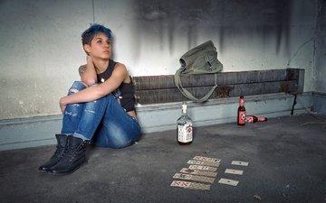 девушка, карты, бутылка