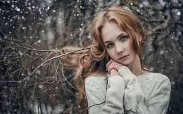 деревья, снег, зима, девушка, снежинки, фото, ветки, белый, милая, макияж, прическа, шатенка, на природе, боке, джемпер