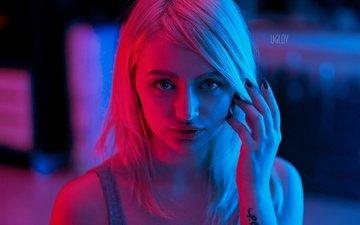 свет, блондинка, портрет, взгляд, модель, макияж, прическа, секси, пирсинг, майка, полумрак, sergey uglov, liuba meniaeva, люба менаева