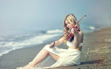 море, блондинка, пляж, скрипка, девушки, белое платье, музыкант, длинные волосы