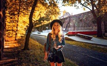 блондинка, улыбка, дым, девушки, юбка, сигарета, шляпа