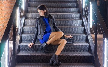 лестница, брюнетка, девушки, сумочка, обувь, синее платье