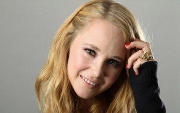 блондинка, актриса, кольца, зеленые глаза, красные ногти, джуно темпл, розовая помада