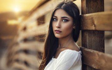 закат, брюнетка, взгляд, девушки, модель, волосы, милая, ограда
