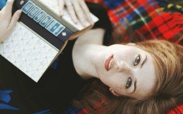 девушка, портрет, брюнетка, взгляд, модель, волосы, лицо, книга, веснушки, рыжеволосая, skye томпсон