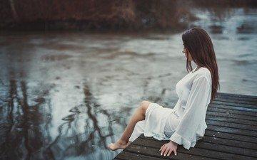 река, девушка, пирс, белое платье, сидя