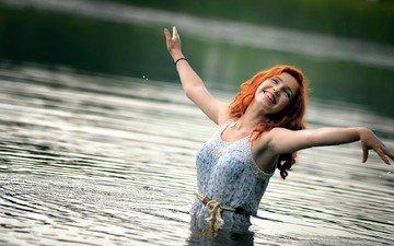 вода, девушка, платье, улыбка, рыжеволосая, руки вверх