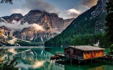 облака, деревья, озеро, горы, скалы, берег, лес, пейзаж, лодки, причал, италия, домик, часовня, эллинг, дом на воде