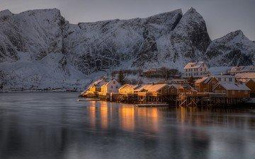 озеро, горы, снег, природа, закат, зима, отражение, пейзаж, деревня, лёд, дом, здание, норвегия, снежная вершина, лофотенские острова, замерзшее озеро, лофотенские
