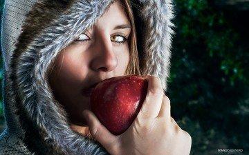 девушка, портрет, фрукты, взгляд, модель, волосы, лицо, яблоко, капюшон, manu cabañero sánchez