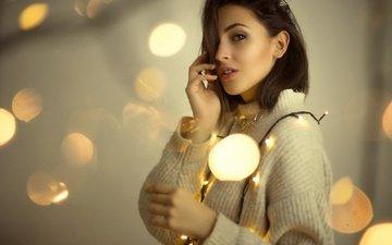 девушка, портрет, брюнетка, взгляд, белый, блики, руки, макияж, прическа, красотка, огоньки, гирлянда, свитер, боке, erika, виктор калмана