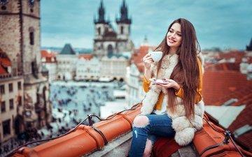 девушка, настроение, улыбка, город, высота, дома, блюдце, чашка, крыша, макияж, прическа, красотка, мех, прага, куртка, шатенка, боке, рваные джинсы, иван горохов