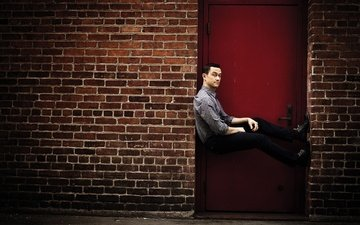 pose, wall, actor, brick, door, photoshoot, director, 2016, michael muller, joseph gordon-levitt, cnet
