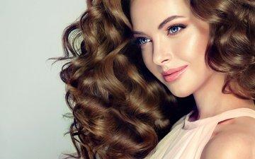 девушка, улыбка, взгляд, кудри, волосы, голубые глаза, макияж, прическа, ресницы