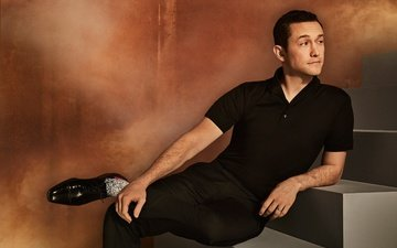 pose, actor, shoes, t-shirt, stage, photoshoot, in black, pants, the hollywood reporter, joseph gordon-levitt, david needleman