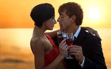 вечер, закат, девушка, платье, брюнетка, горизонт, любовь, пара, вино, костюм, мужчина, бокалы, в красном, влюбленные