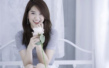 девушка, улыбка, роза, взгляд, волосы, лицо