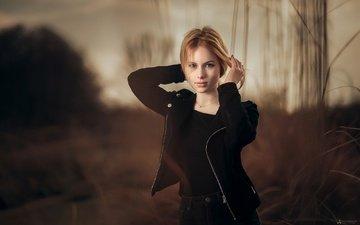 трава, вечер, девушка, блондинка, куртка, красивая, в чёрном, на природе, боке, agelos tzitzifopoulos