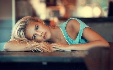 девушка, блондинка, взгляд, стол, плечи, футболка