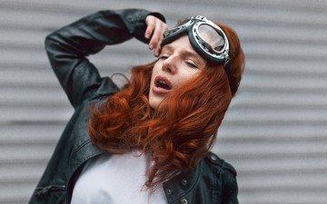 модель, лицо, длинные волосы, рыжеволосая, закрытые глаза, руки вверх, открытый рот