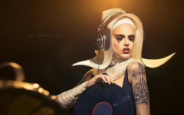 style, girl, blonde, headphones, tattoo, vinyl, makeup, eyelashes