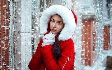 зима, девушка, портрет, брюнетка, взгляд, блики, гирлянды, макияж, мех, куртка, капюшон, перчатки, руковицы