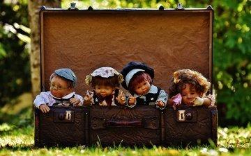 трава, природа, игрушки, чемодан, куклы