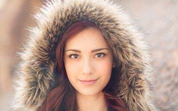 девушка, улыбка, взгляд, волосы, мех, рыжеволосая