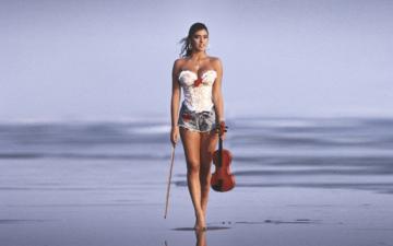 девушка, море, пляж, скрипка, взгляд, модель, ножки, волосы, актриса, певица, шорты, телеведущая, сабрина салерно