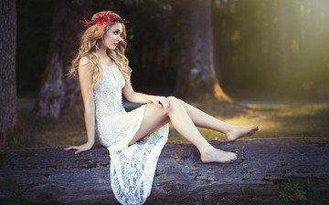 деревья, девушка, взгляд, модель, ноги, венок, белое платье, длинные волосы, сидя, босиком, кайл цун